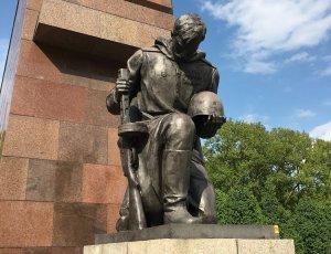 Монумент советскому солдату «Воин-освободитель» в Трептов-парке