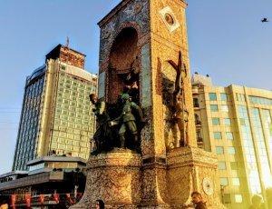 Монумент «Республика» на площади Таксим