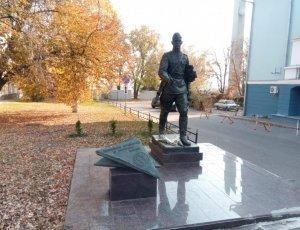 Памятник фронтовому почтальону