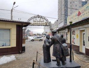 Фото Памятник продавцу и покупателю