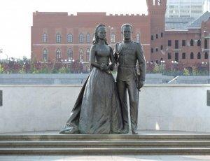 Памятник Грейс Келли и Ренье III