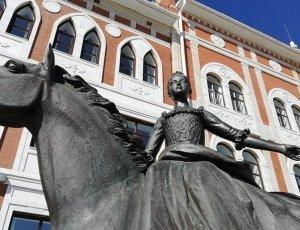 Фото Памятник Императрице Елизавете Петровне