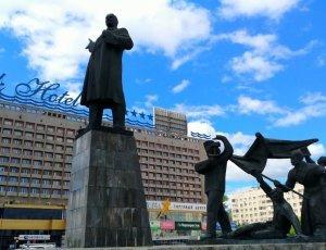 Памятник В. И. Ленину на площади Ленина