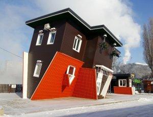 Перевернутый дом вверх дном на Солнечном острове