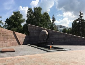 Фото Горельеф-Монумент Славы «Скорбящей Матери-Родине»