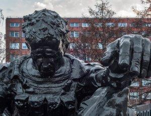 Фото Памятник Черный тюльпан