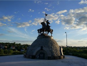 Памятник Ивану Гонте Максиму Зализняку