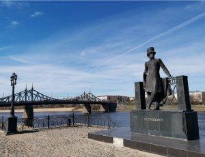 Памятник А. Пушкину на набережной