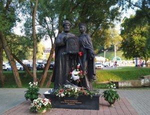 Памятник князю Петру и княгине Февронии Муромским