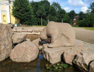 Фонтан с медведем