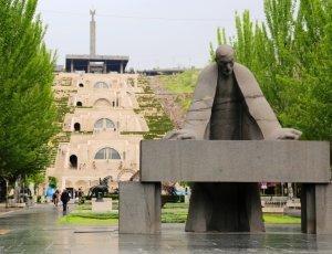 Памятник Александру Таманяну