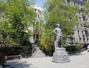 Памятник Юлу Бриннеру