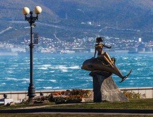 Скульптура «Девушка на дельфине»