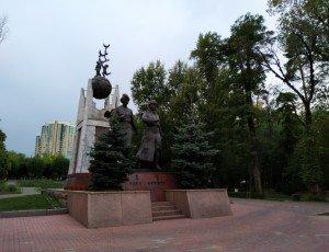 Памятник Алии Молдагуловой и Маншук Маметовой