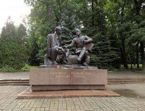 Фото Памятник Александру Твардовскому и Василию Теркину