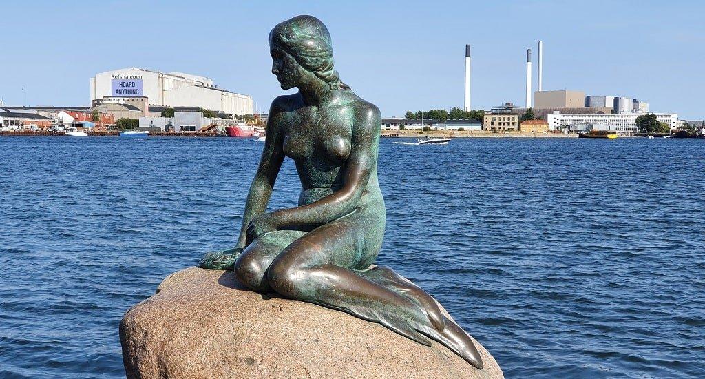 Памятник русалке в порту Копенгагена