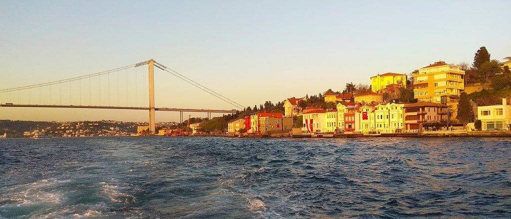 Вид на мост с залива