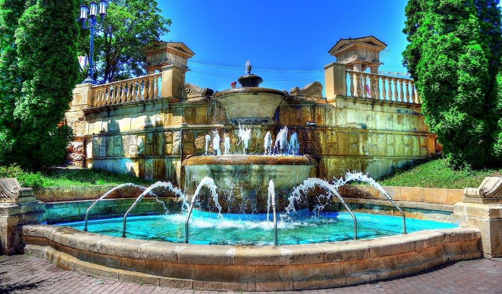 Городской фонтан возле нулевого километра любви