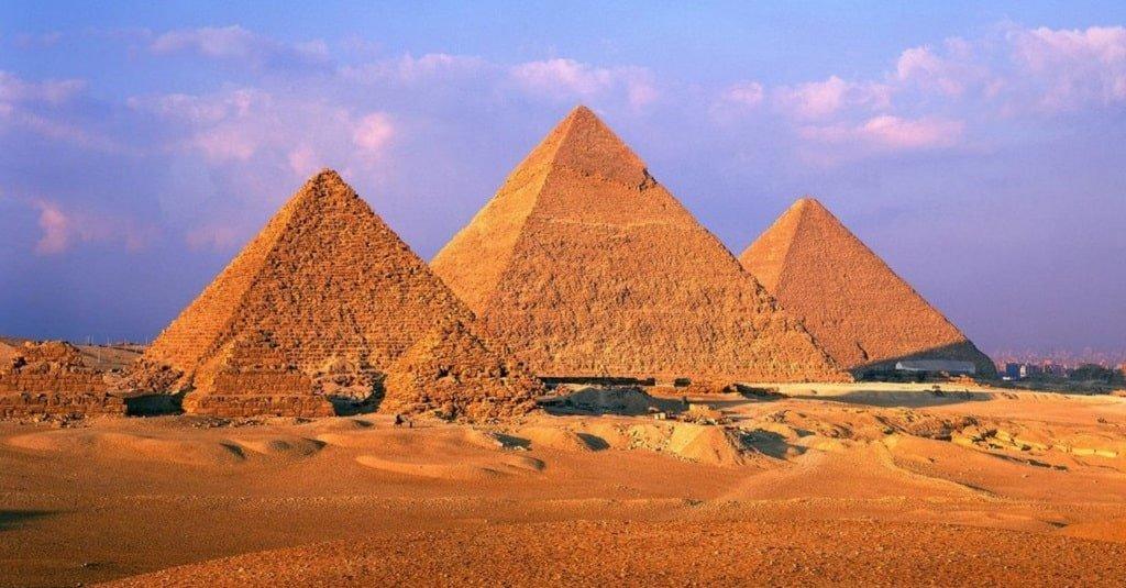 Пирамида Хеопса в лучах солнца