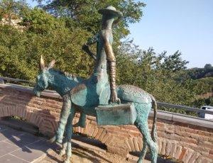 Скульптура «Доктор на осле»