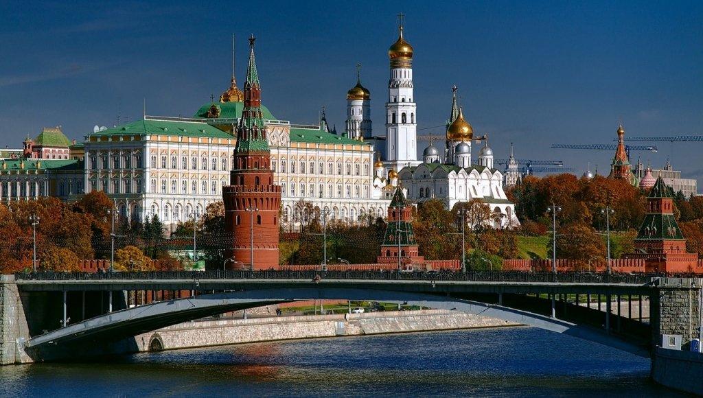 Вид на башни Московского Кремля с каменного моста